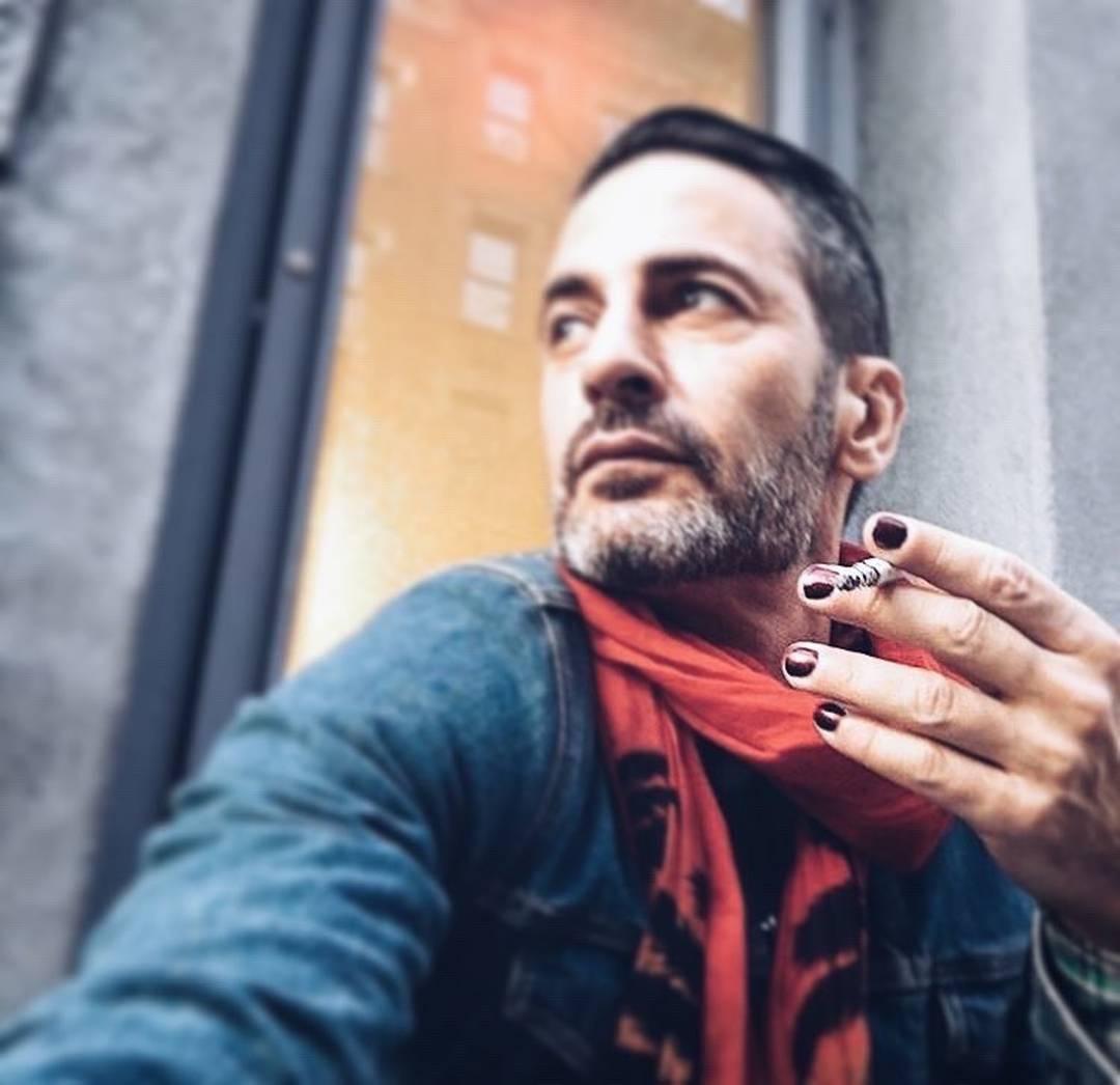 Мужчины красят ногти