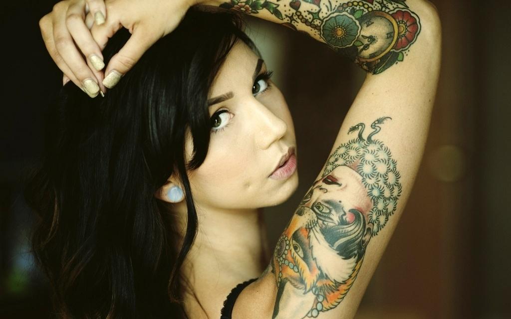 Девушка и татуировка